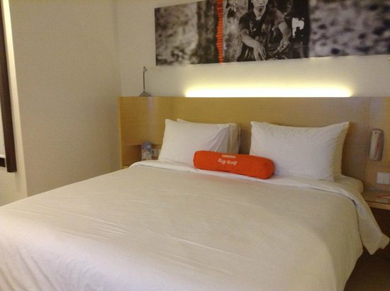 HARRIS Hotel Tuban: white and orange, cheerful