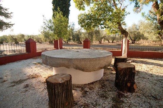 La Molina de las Monjas: Mesa de rueda de molino en la entrada