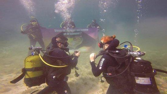 Big Blue Diving: demande de fiancialle sous l'eau