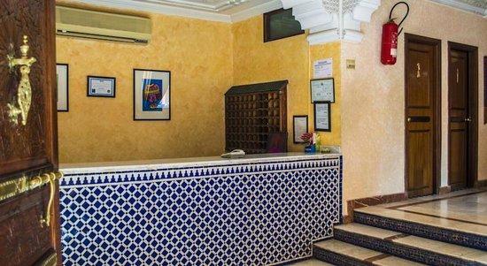 Hotel Oudaya : Это ресепшен, со стороны выхода к супермаркету Асима.
