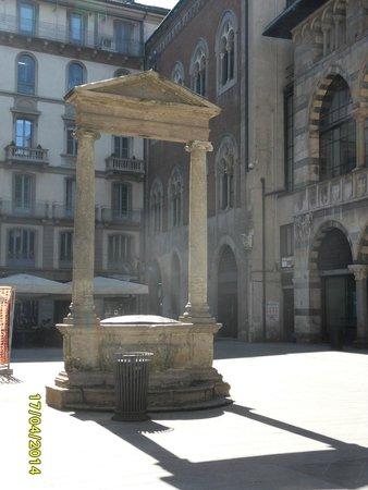 Piazza Mercanti: Pozzo dei Falliti