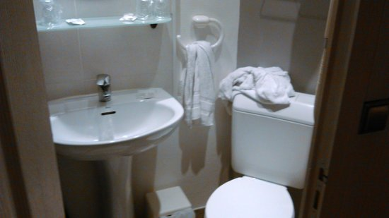 Castel Fleuri : Côté droit de la salle de bain ( le bazar vient de nous, les serviettes étaient bien rangés)