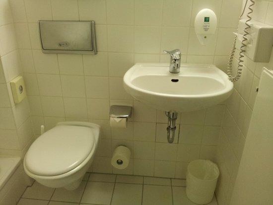 AZIMUT Hotel City South Berlin: 洗面所です。シャワーのお湯の出は良かったです!