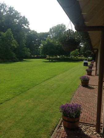 Landhuishotel & Restaurant De Bloemenbeek: Relaxing outdoor lawns with a putting green for those who can put.