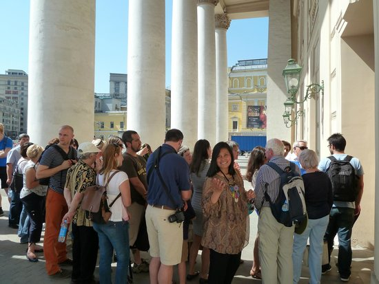 Bolschoi-Theater: Queing, in list order, not all will get in