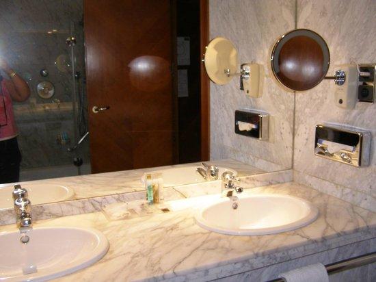 Barceló Sevilla Renacimiento: Bathroom