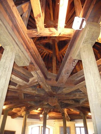 Château Fort de Sedan : La complexité de la charpente de l'escalier de la grosse tour