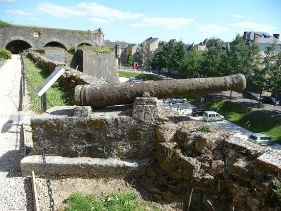 Château Fort de Sedan : Canon de marine sur les remparts