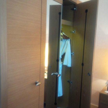 Movenpick Hotel West Bay Doha: Cupboard