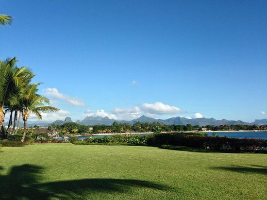 The Oberoi, Mauritius: The view as you walk to the beach and pool