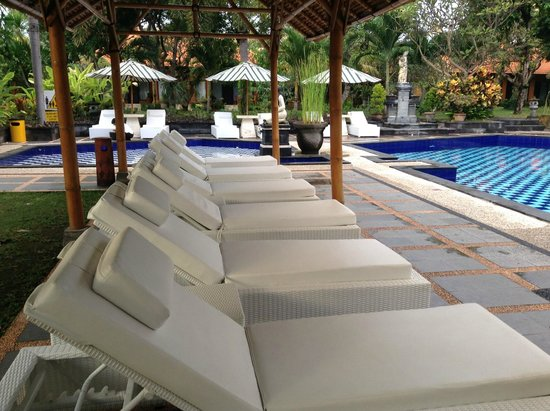 Inna Sindhu Beach: Lounging chairs by the poolside