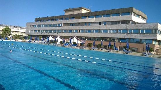 Grand Hotel Continental : Tirrenia Continental: la struttura dell'albergo e la piscina