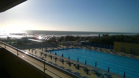 Grand Hotel Continental : Tirrenia Continental: il mare dalla piscina