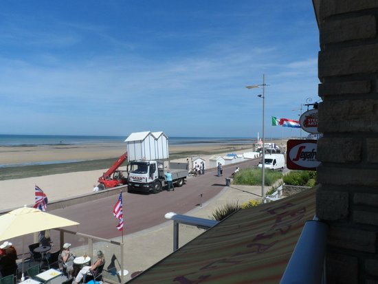 La Cremaillere : Beach huts being delivered
