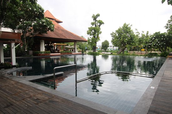 Ratilanna Riverside Spa Resort Chiang Mai: Pool area with the Boat Pier