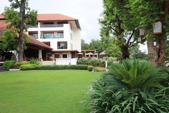 Ratilanna Riverside Spa Resort Chiang Mai: The Ratilanna and gardens
