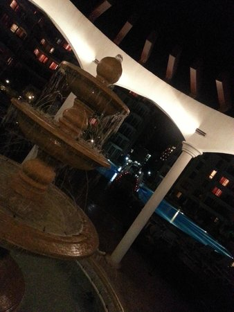 Royal Sun Apartments : фонтан между бассейнами