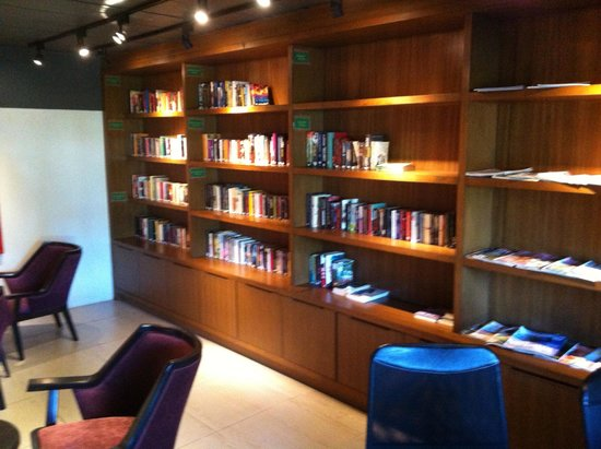 Novotel Phuket Kata Avista Resort and Spa: Library
