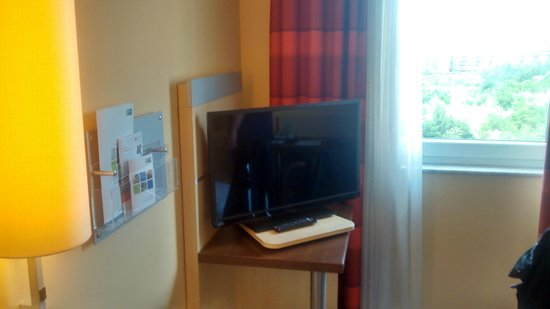 Holiday Inn Express Frankfurt-Messe: TV with HDMI support