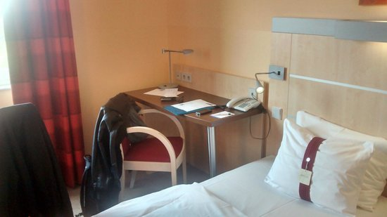 Holiday Inn Express Frankfurt-Messe: Room table