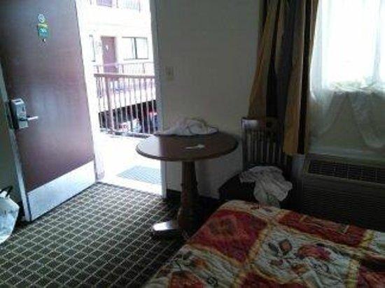 Van Ness Inn Hotel : Inside the door