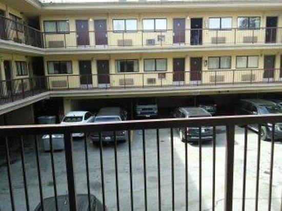 Van Ness Inn Hotel: View from outside our door