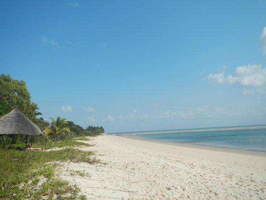 andBeyond Benguerra Island: Long empty white sand beach