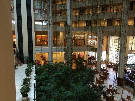 Blau Varadero Hotel Cuba: Looking towards breakfast/dinner buffet restaurant. Bar is bottom right