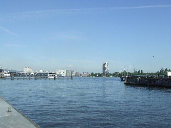 Movenpick Hotel Amsterdam City Center: view outside hotel