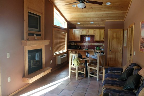 Red Cliffs Lodge: Living Room in Double Cabin