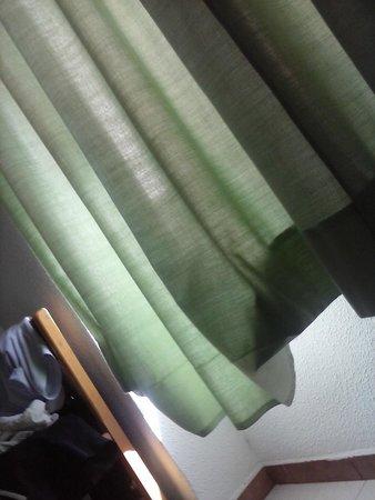 Apartamentos Bernat 3000: cortinas descosidas. Principio de temporada.