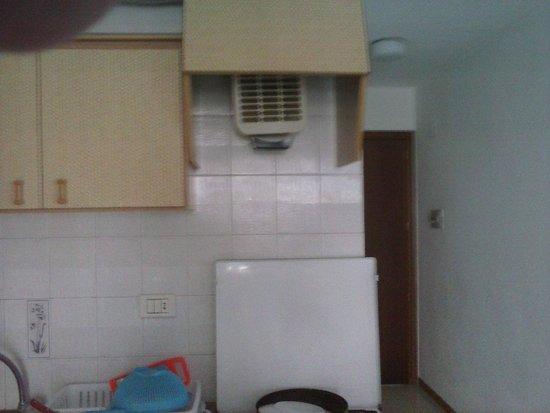 Apartamentos Bernat 3000: deficiente y escasisimo menaje de cocina.