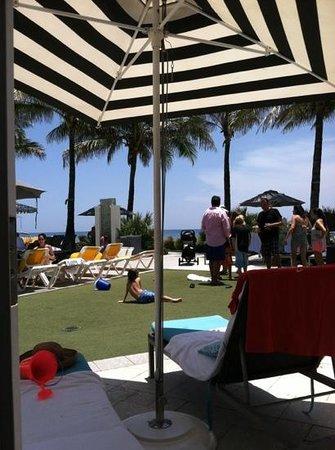 Boca Beach Club, A Waldorf Astoria Resort: Crowded pool cabana area
