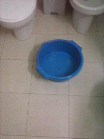 Apartamentos Bernat 3000: barreño como lavadora. ducha con malisimo desague