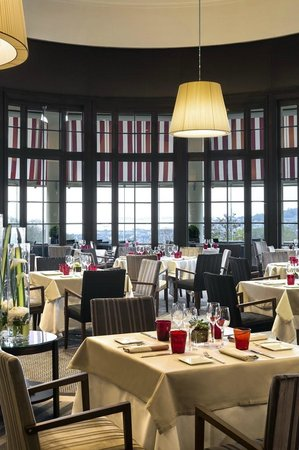 Le Lassay : La salle de restaurant avec la vue sur la baie de Seine