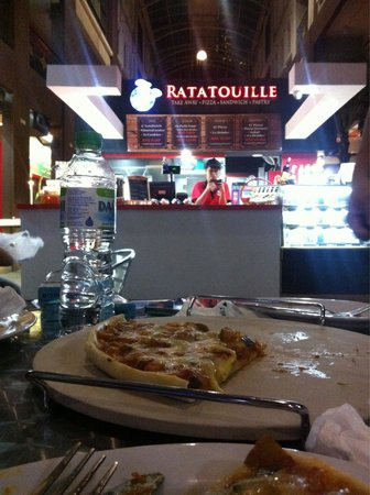 Ratatouille Warisan Square: Serves pizza, sandwiches & mini tarts.