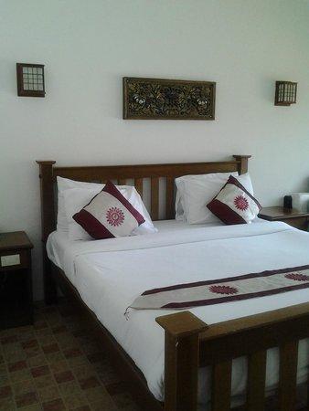 Rajapruek Samui Resort: ห้องพักเรียบง่ายเตียงใหญ่