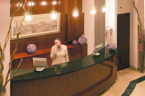 NH Zaragoza Centro: Reception