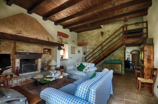 Salotto rustico con ampio e accogliente camino picture for Salotto con camino