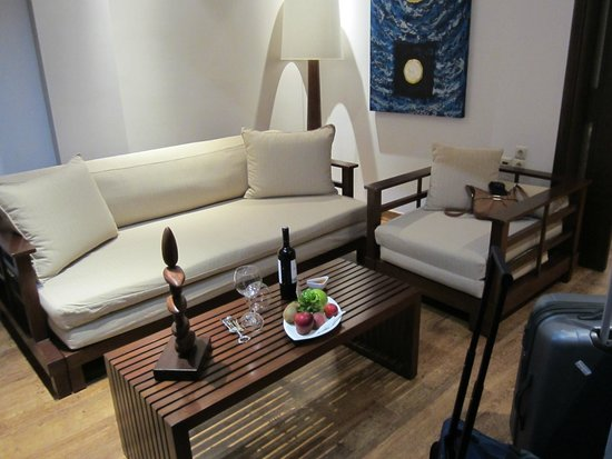 Enodia Hotel: The living room area of our suite with a complimentary bowl of fruit and a bottle of wine!