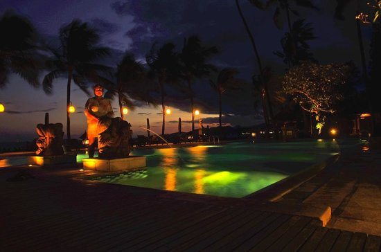 Rama Candidasa Resort & Spa: The pool area after dusk.