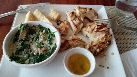 George Town Yacht Club : Excelente frango com molho de espinafre e mandioca (camana) frita.
