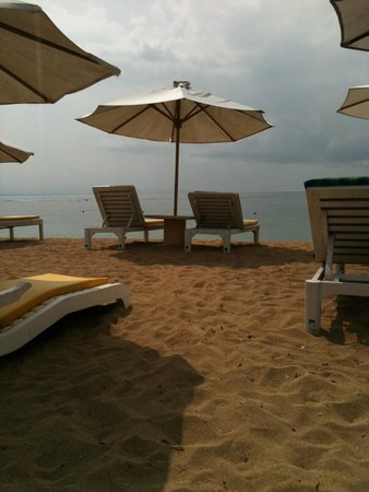 Respati Beach Hotel - Sanur: beach at hotel