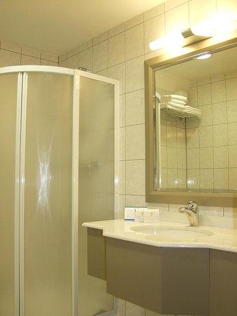 Jezero Hotel: Bathroom with shower