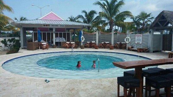 George Town Yacht Club : Para se refrescar do calor, o restaurante oferece piscina a seus clientes.