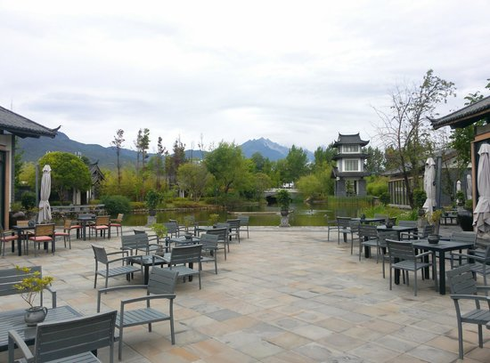 Pullman Lijiang Resort & Spa : View from Resort entrance onto lake