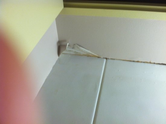 Travelodge Cincinnati South / Florence: Wallpaper peeling