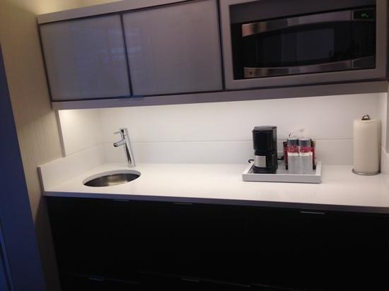 Residence Inn New York Manhattan/Central Park : kitchenette with all appliances hidden away