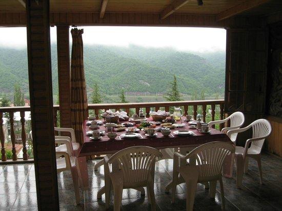 Boutique Hotel Casanova Inn: Завтрак на фоне гор