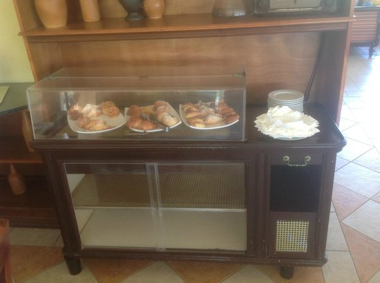 Paradisus Princesa del Mar Resort & Spa: The High Tea Snack Bar! ( Don't know if you can see the fly inside)